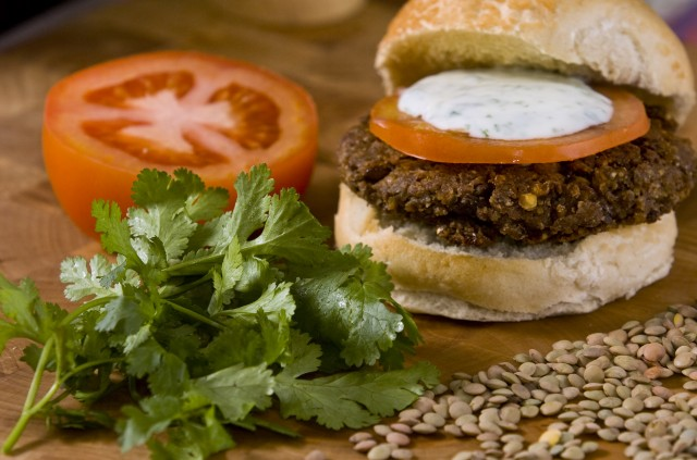 hamburger-lenticchie-crema-yogurt-curry-ricette-vegetariane